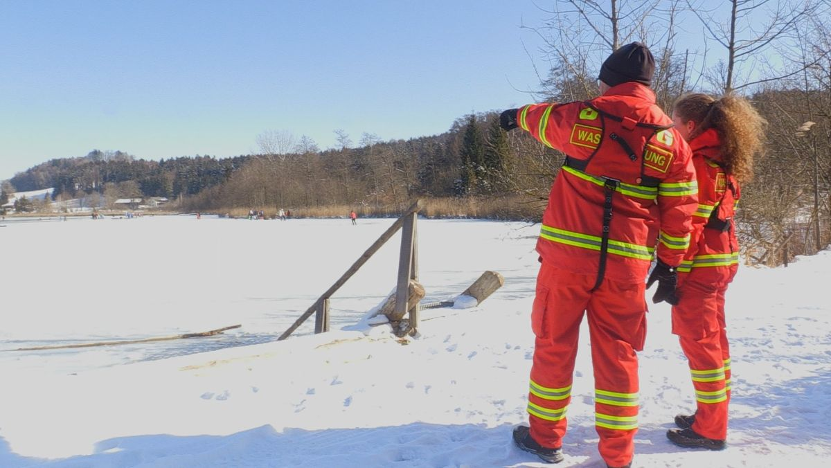 Die Wasserwacht an einem zugefrorenen See
