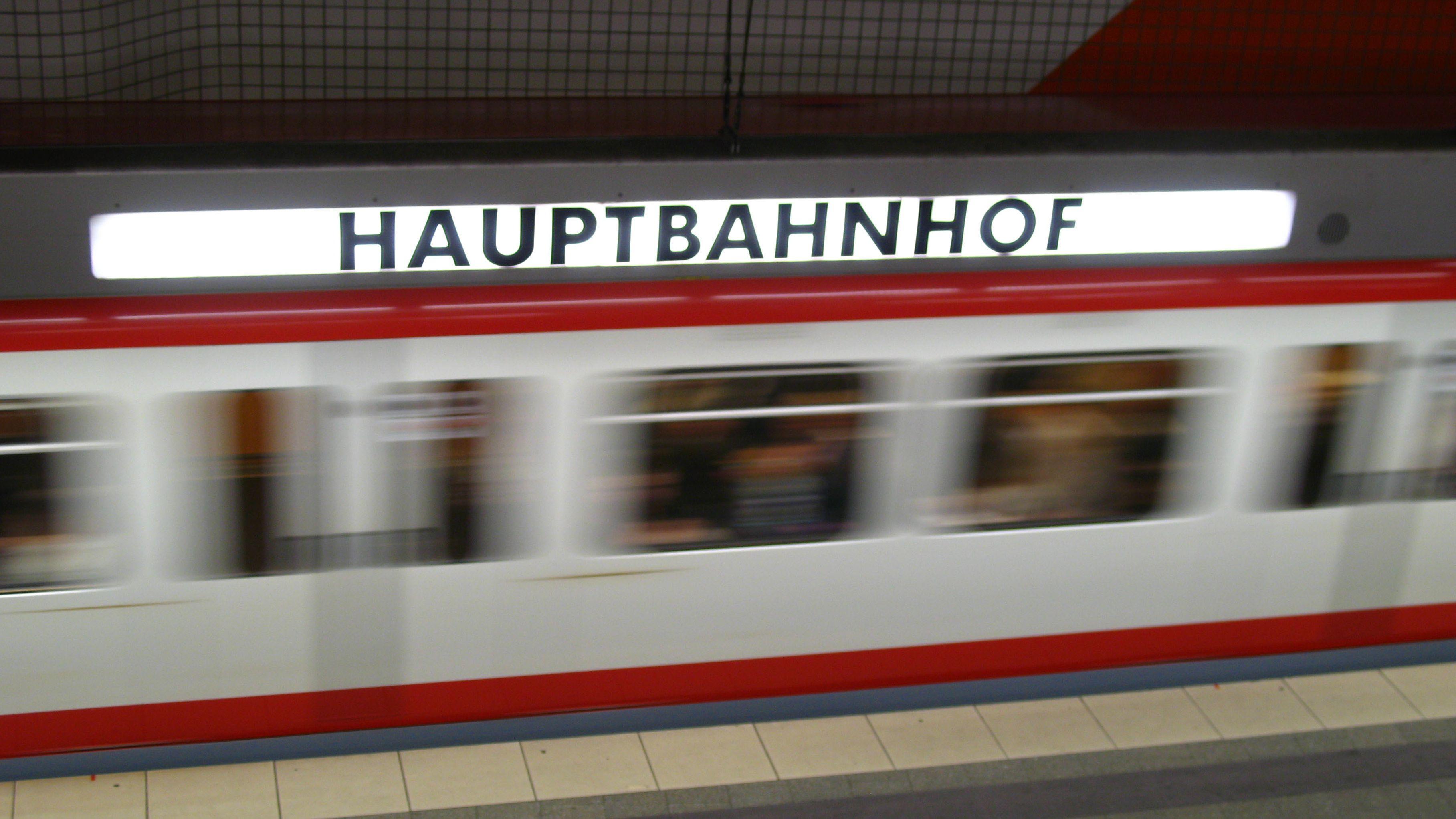 Bei einem Streit im Nürnberger Hauptbahnhoft wurde ein Mann auf die Gleise gestoßen und von einem Triebwagen eingeklemmt. Er überlebte schwer verletzt