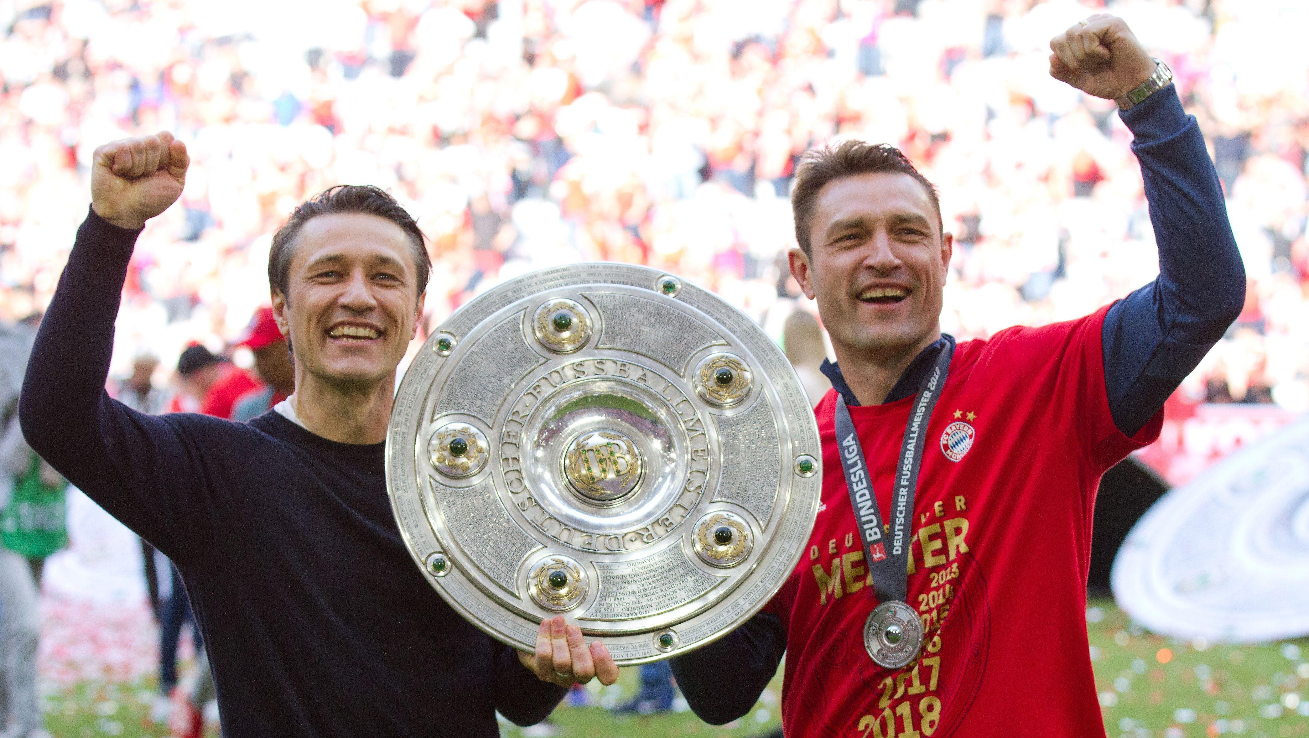 Erst am letzten Spieltag ist es so weit: Die Mannschaft von Trainer Niko Kovac (hier mit seinem Bruder und Co-Trainer) hat es wieder gepackt!