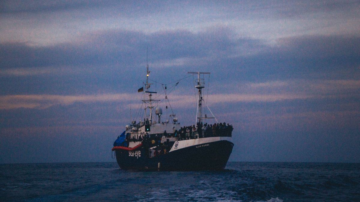 """Das Regensburger Rettungsschiff """"Alan Kurdi"""" mit 146 Geflüchteten an Board. Sie wurden nach zwölf Tagen auf ein Quarantäne-Schiff verlegt."""