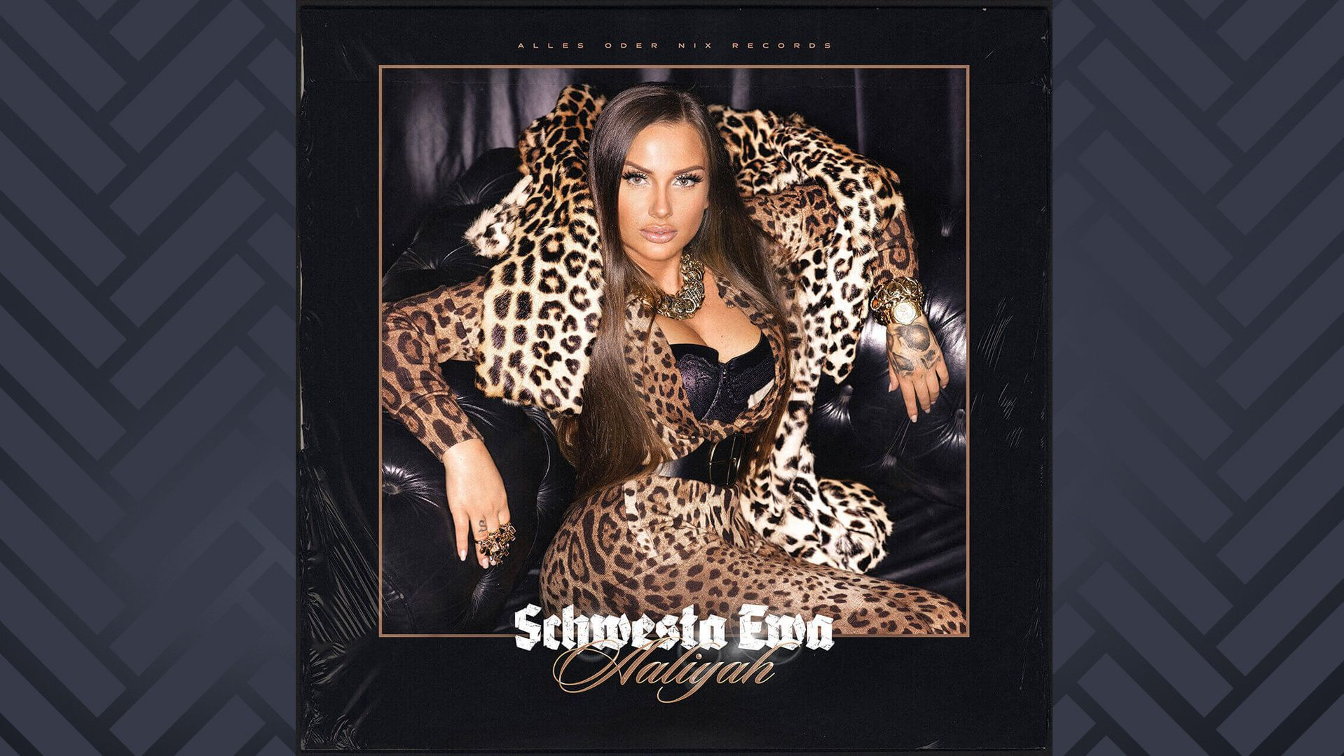 """Auf dem Cover ihres Albums """"Aaliyah"""" sitzt Schwesta Ewa in aufreizender Pose auf einem dunklen Ledersessel und trägt ein Outfit mit Leopardenmuster."""