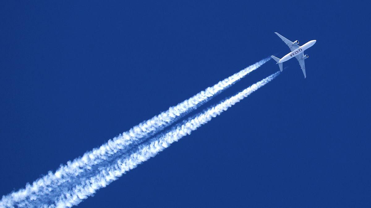 Flugzeug erzeugt Kondensstreifen.