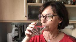 Carmen Seehuber trinkt ein Glas Leitungswasser.   Bild:BR / Hans Häuser