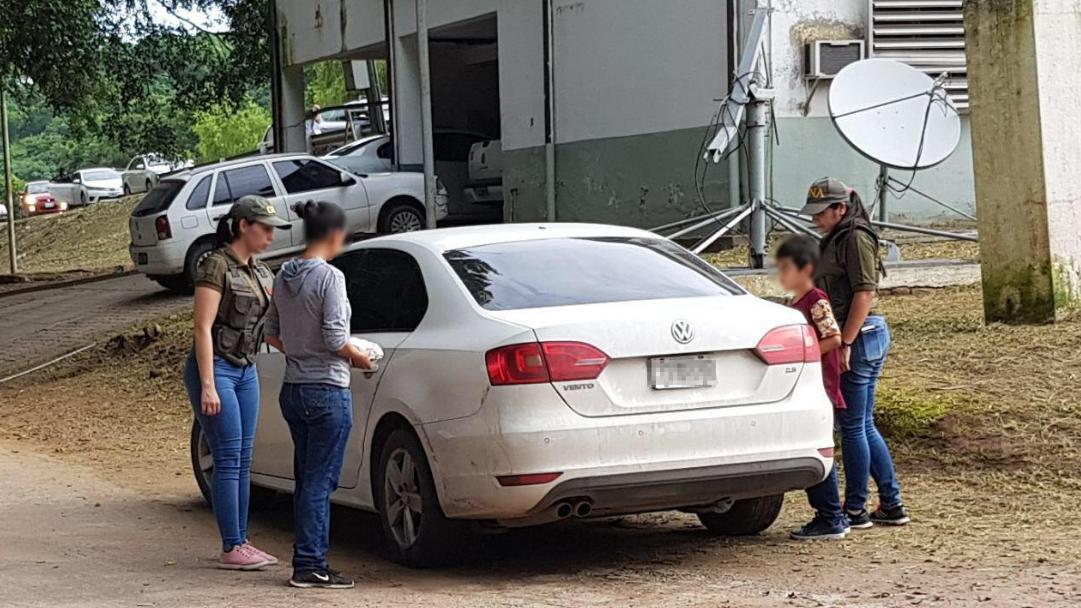 In Bolivien ist eine Argentinierin, die vor 32 Jahren entführt wurde, zusammen mit ihrem Sohn befreit worden. Zu sehen sind die beiden mit zwei Polizistinnen, wie sie in einen weißen VW einsteigen.