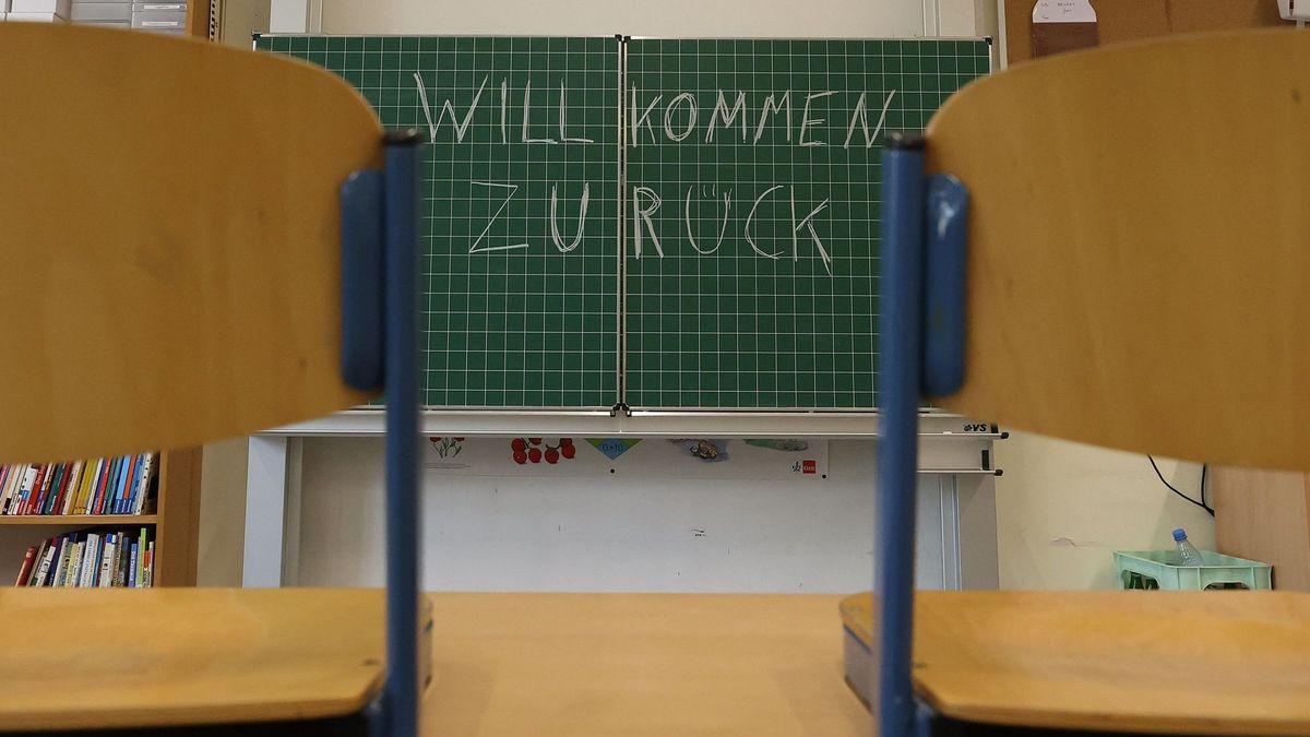 """Eine Tafel im Klassenzimmer mit der Beschriftung """"Willkommen zurück"""""""