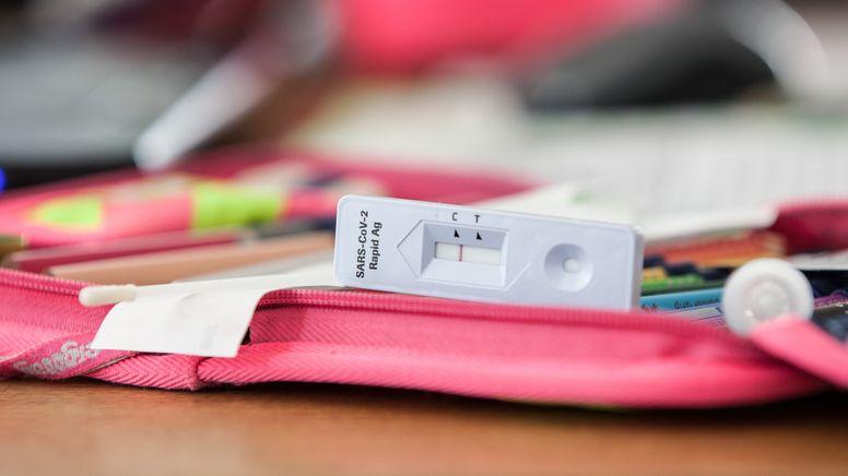 Eine Testkassette von einem negativen SARS-CoV-2 Rapid Antigen Test  | Bild:picture alliance / Fotostand | Fotostand / K. Schmitt