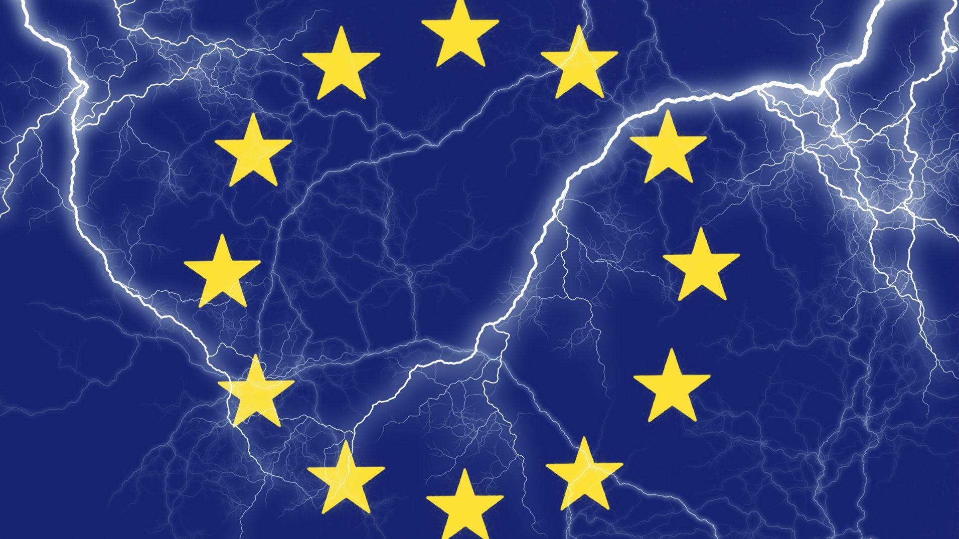 Symbolbild: Europäische Flagge mit Gewitterblitzen