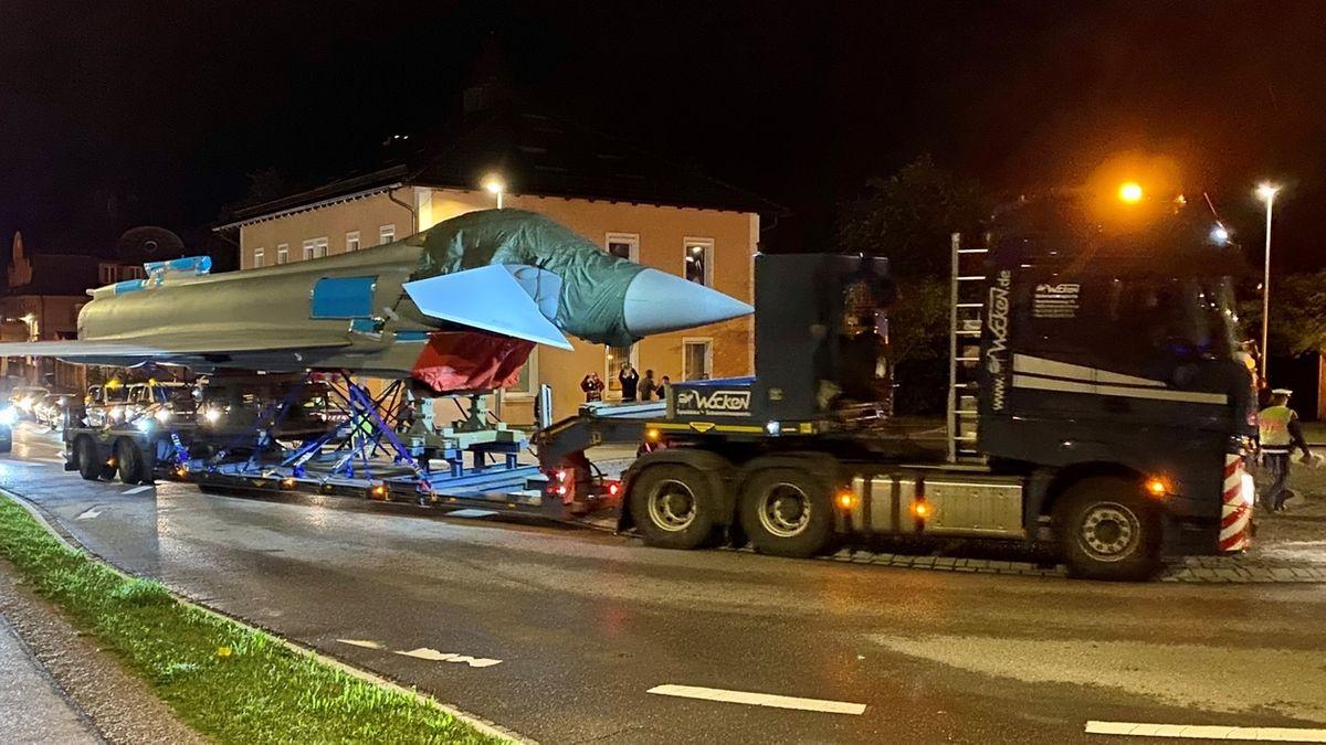 In der Nacht zum 18.06.20 wird ein Eurofighter per Schwertransport durch die Kaufbeurer Innenstadt zum dortigen Fliegerhorst transportiert.