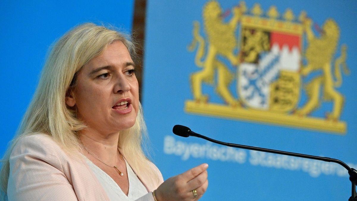 Angesichts der verschärften Corona-Regeln in Bayern erklärt Gesundheitsministerin Melanie Huml (CSU), wie die Kontrolle erfolgen soll.