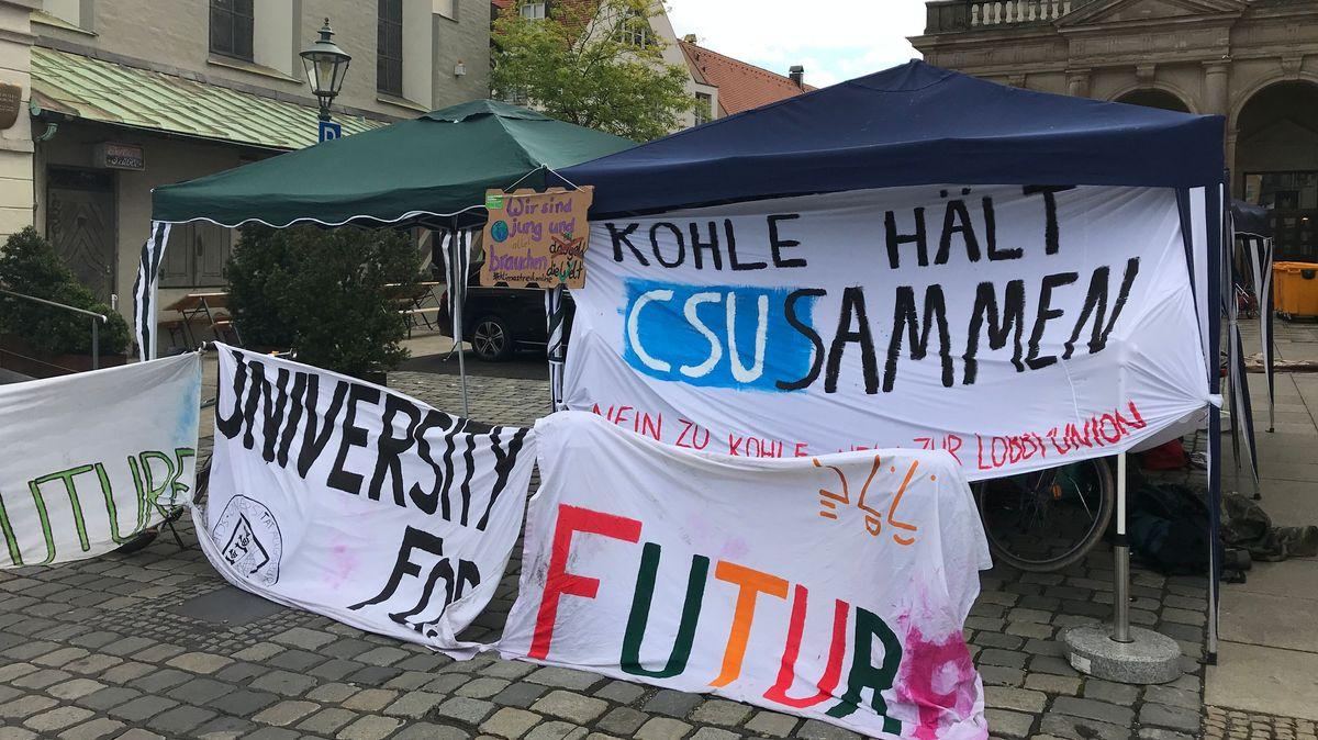 Seit Mittwoch steht das Klimacamp zwischen Rathaus und Perlachturm in Augsburg.