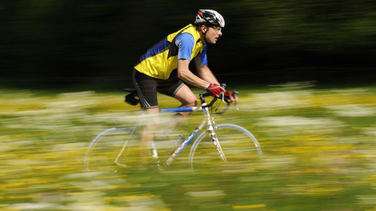Ein Rennrad-Fahrer fährt durch die Landschaft