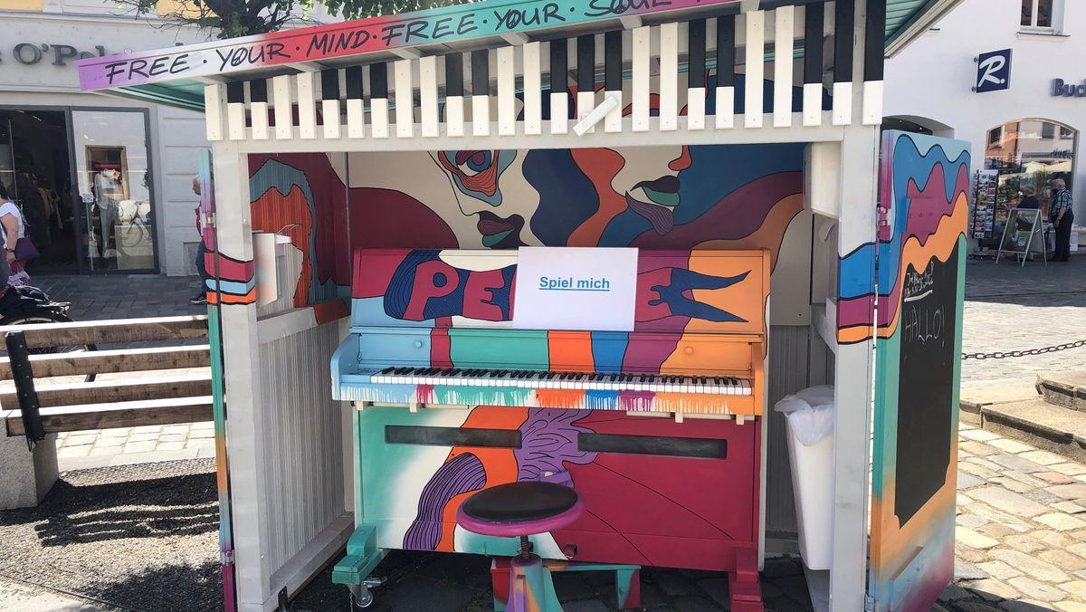 Ein buntes Klavier für alle am Straubinger Stadtplatz