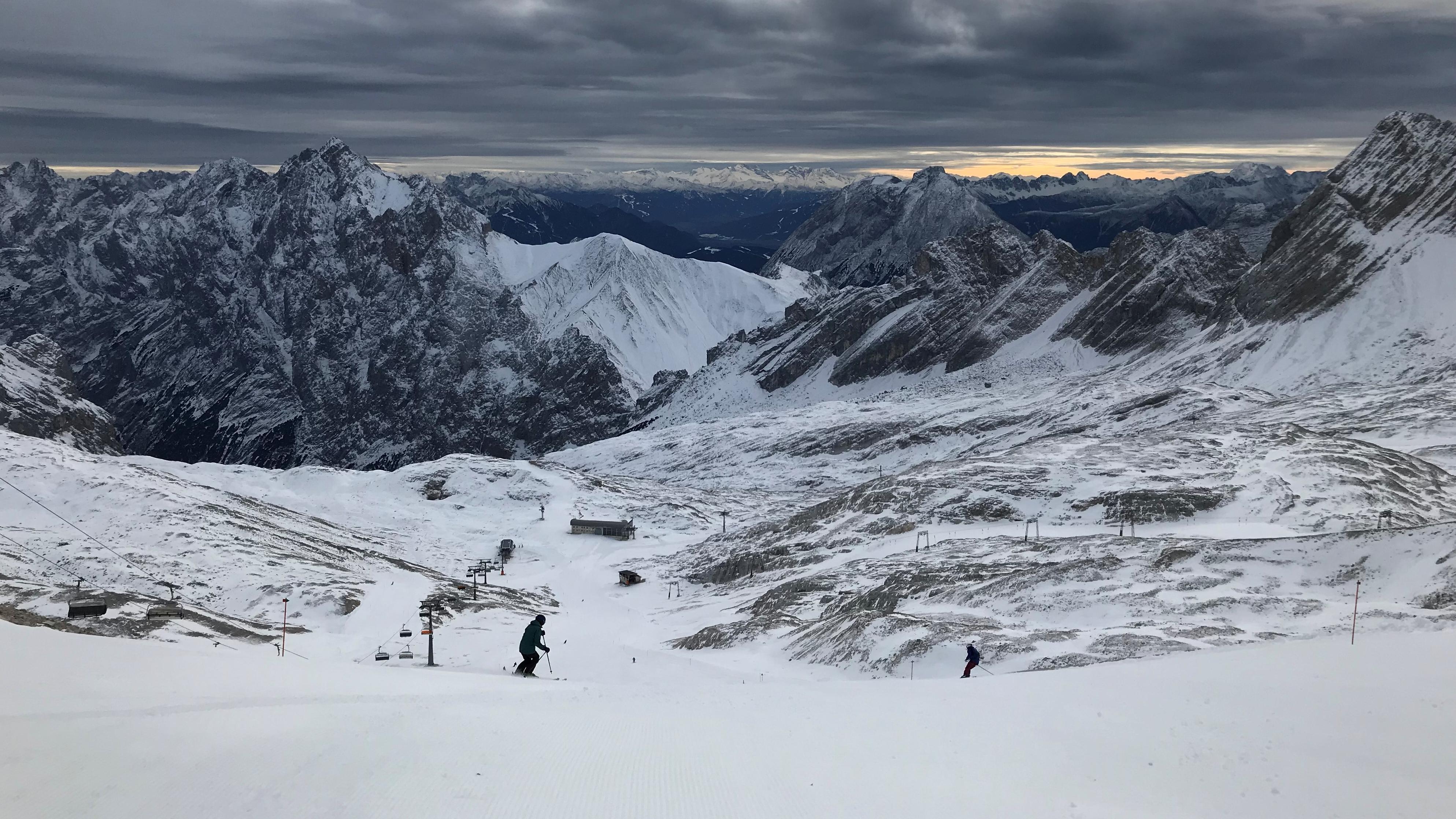 Skifahrer auf der Zugspitze am 30.11.2018, dem Tag des Saisonstarts.