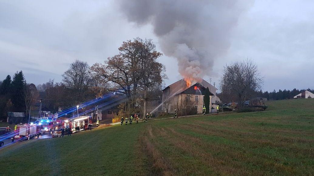 Flammen schlagen aus dem Wohnhaus