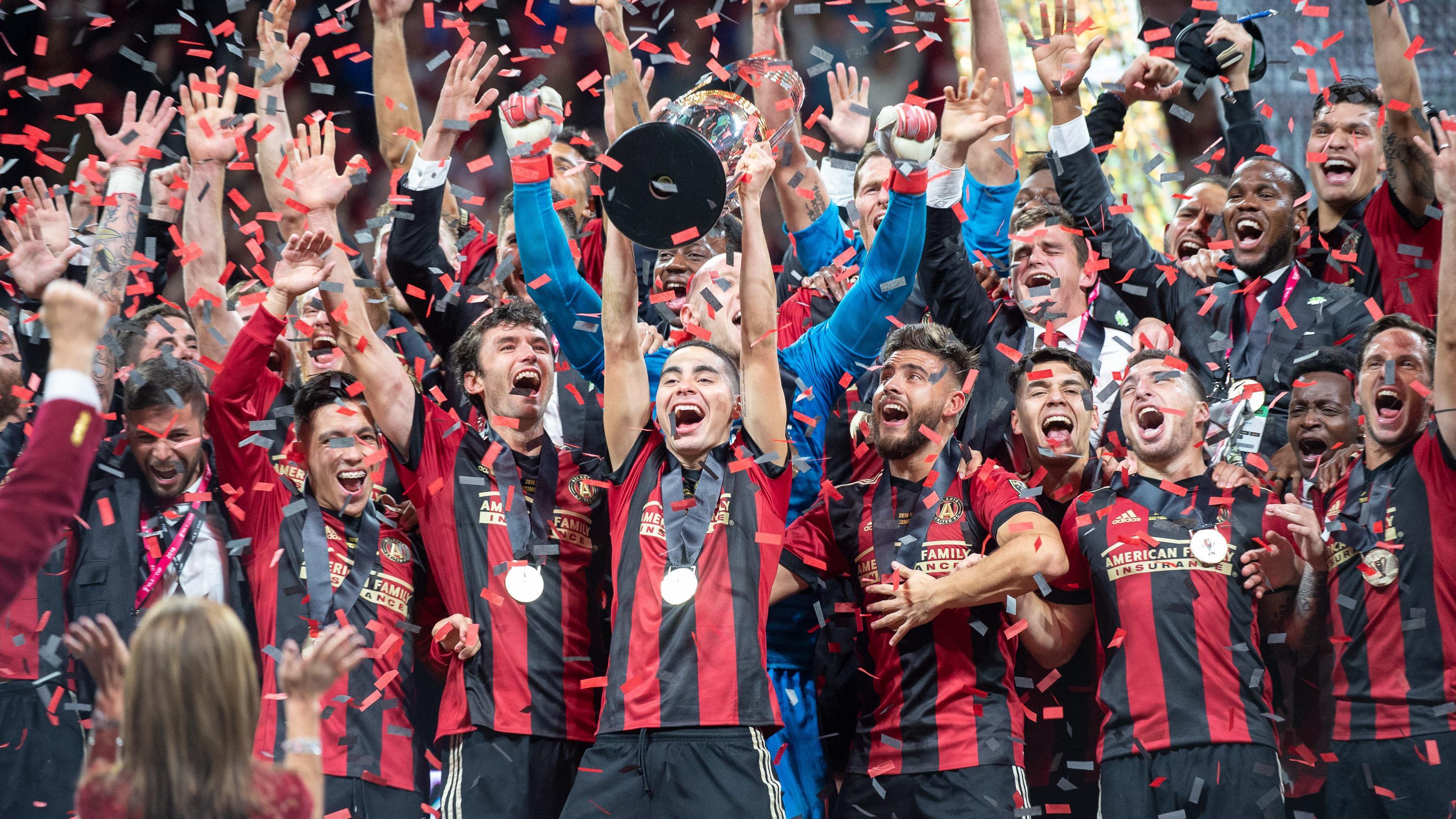 Das Team von Atlanta United mit dem US-Meisterpokal