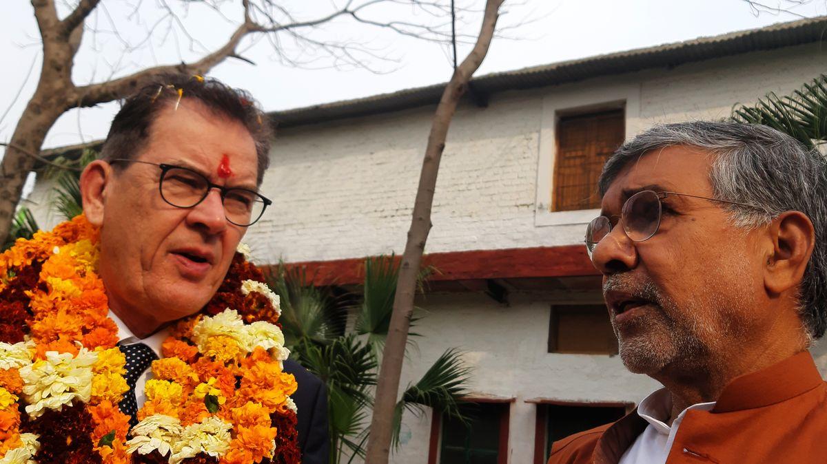 Bundesentwicklungsminister Gerd Müller (CSU) in Indien mit Friedensnobelpreisträger Kailash Satyarthi (r.)