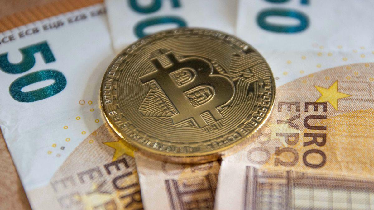 Bitcoin-Attrappe und Bargeld