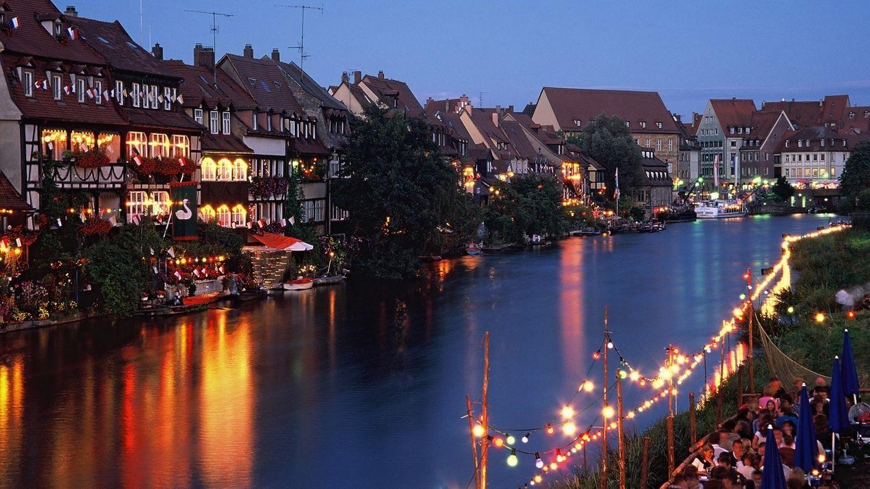 Blick auf das nächtlich erleuchtete Bamberg während der Sandkerwa