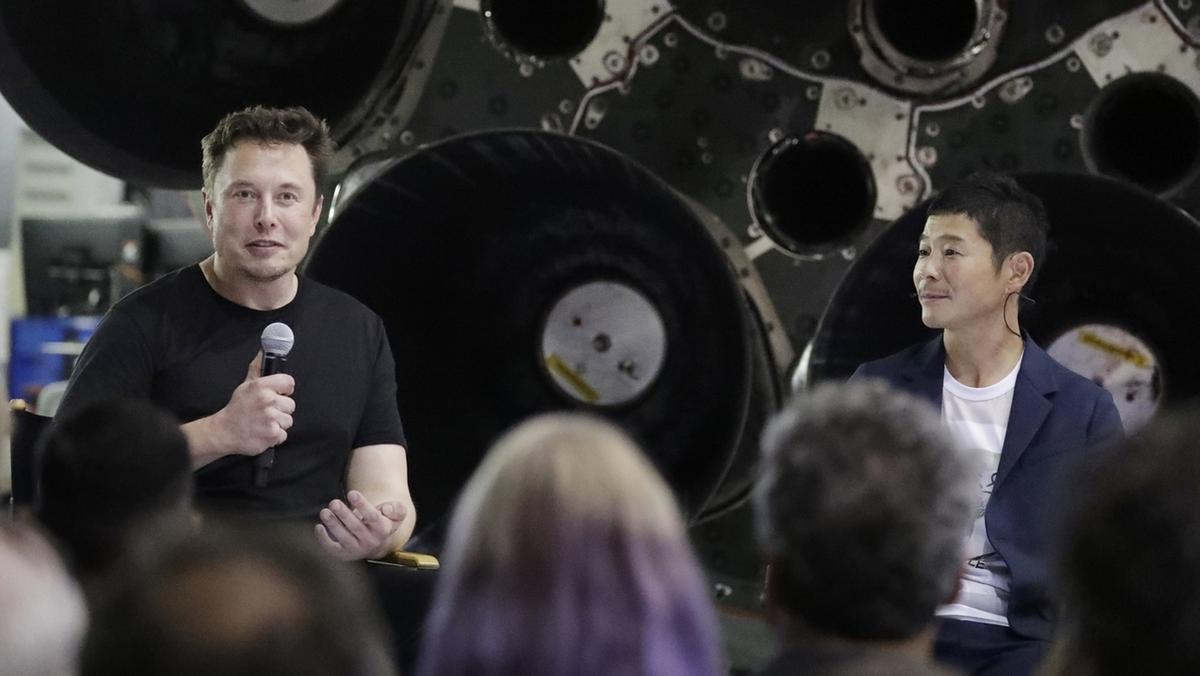 Elon Musk (links) und der japanische Milliardär Yusaku Maezawa, der mit SpaceX um den Mond fliegen soll.