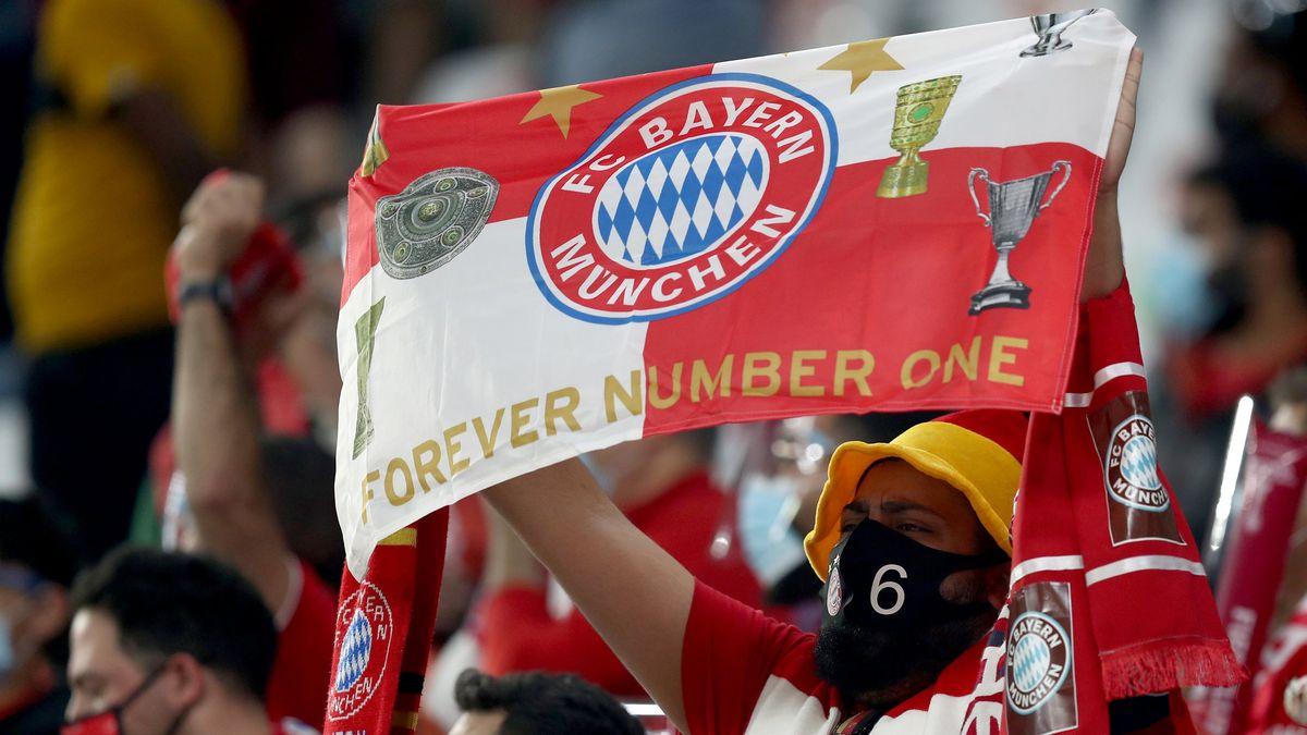 Ein Bayern München-Fan jubelt nach dem Klub-WM-Sieg.