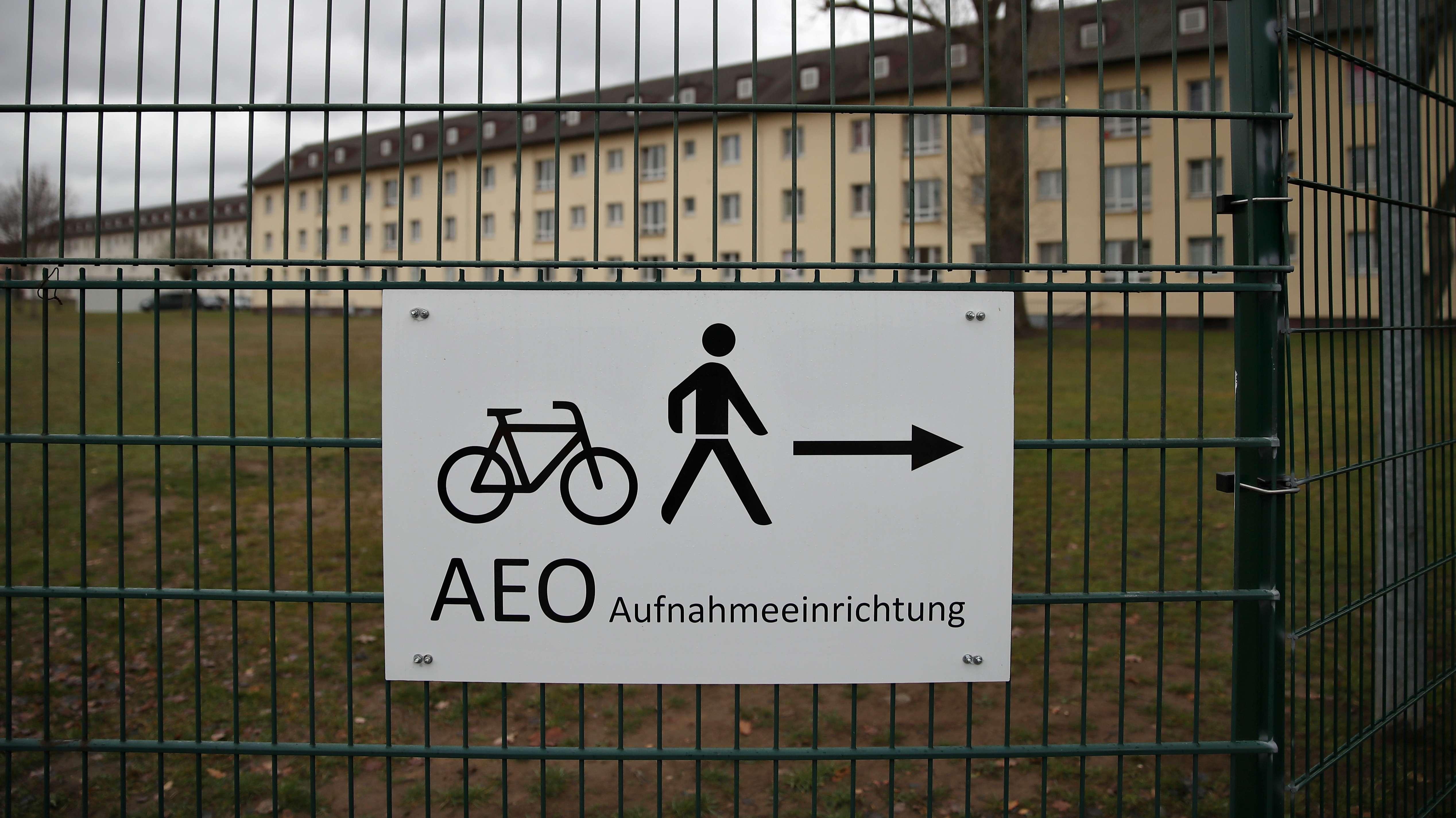 Dezember 2018: Ein Schild weist den Weg zum Eingangsbereich für Fußgänger und Radfahrer auf das Gelände des Ankerzentrums in Bamberg