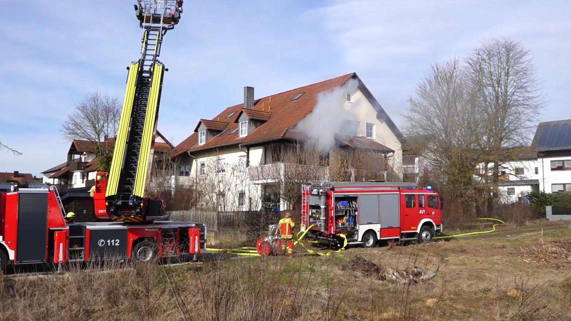 Die Feuerwehr vor dem Haus in Abensberg, in dem es gebrannt hat
