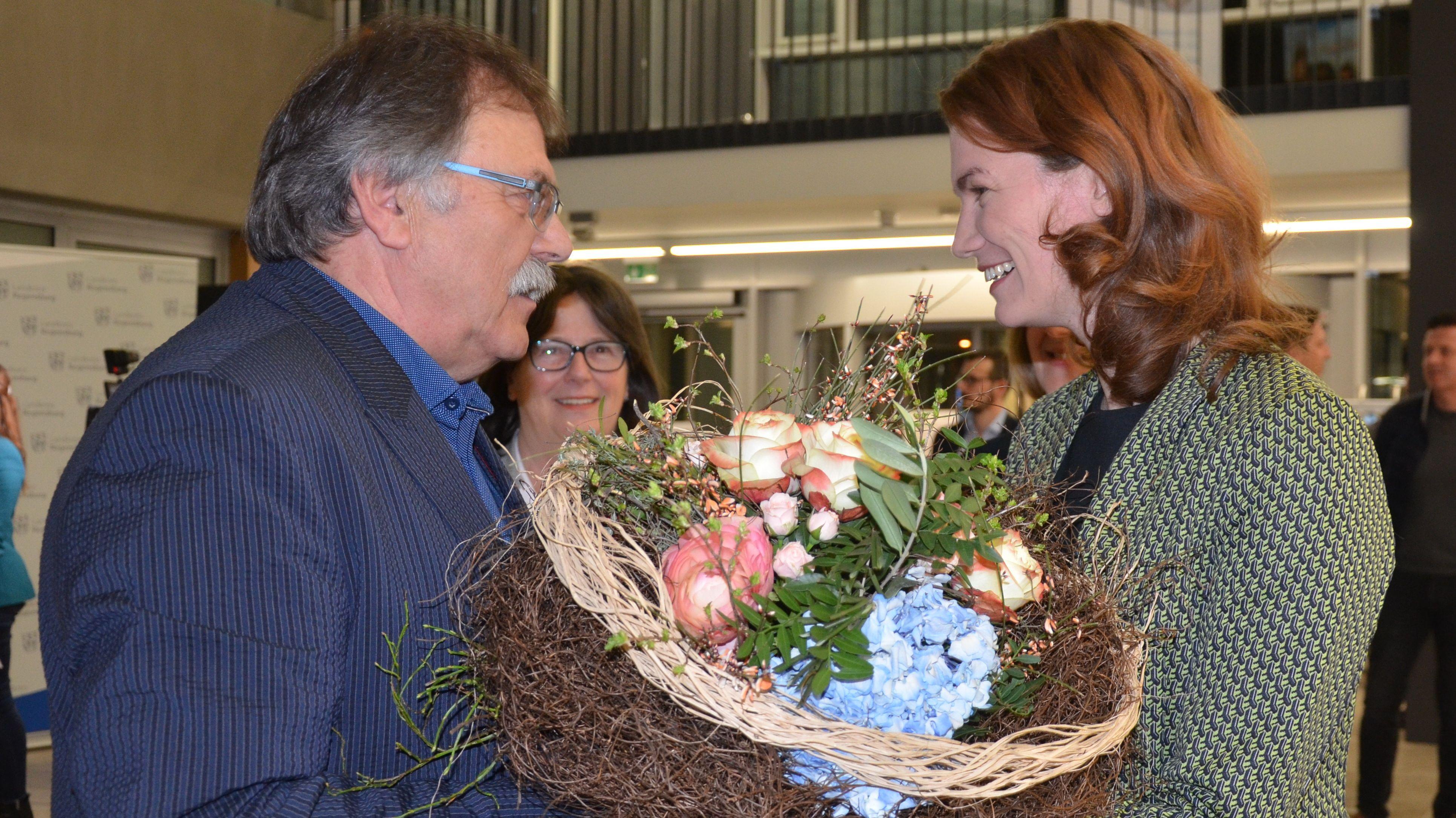 Stellvertretender Landrat Willi Hogger gratuliert Landrätin Tanja Schweiger zur Wiederwahl