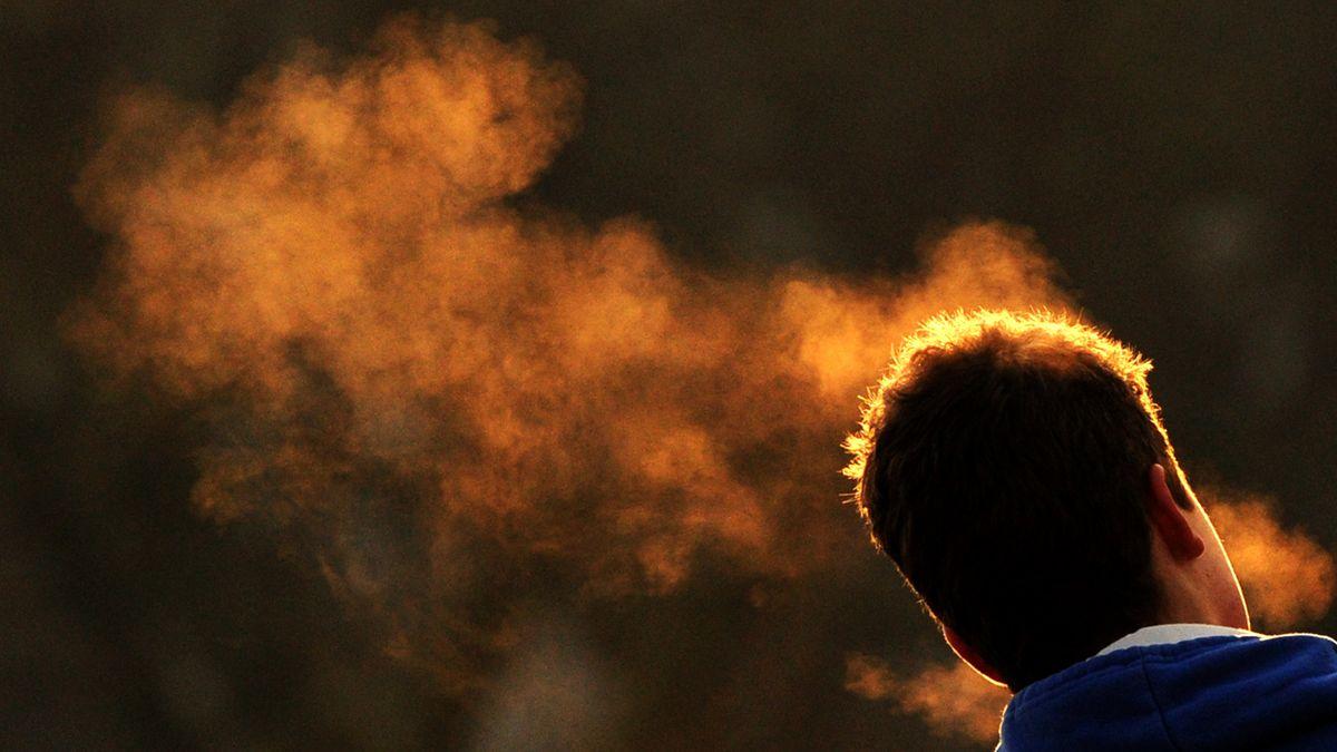 Kopf von hinten mit Wolke von kondensiertem Atem