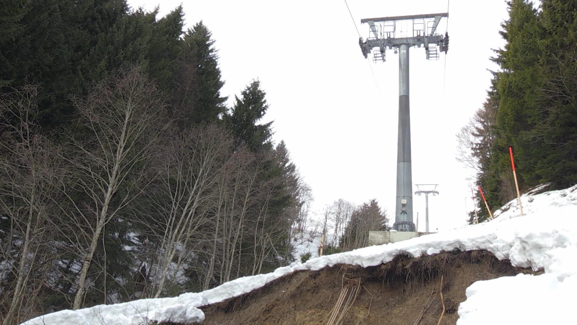 Eine Stütze der Hörnerbahn in Bolsterlang, deren Fundament von der Mure am 23.01.18 freigelegt wurde.