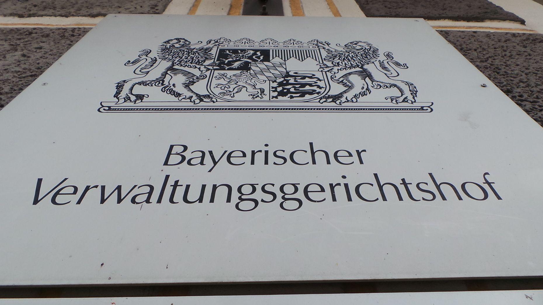 Ein Schild aus Metall an einer Hauswand weist den Bayerischen Verwaltungsgerichtshof aus.