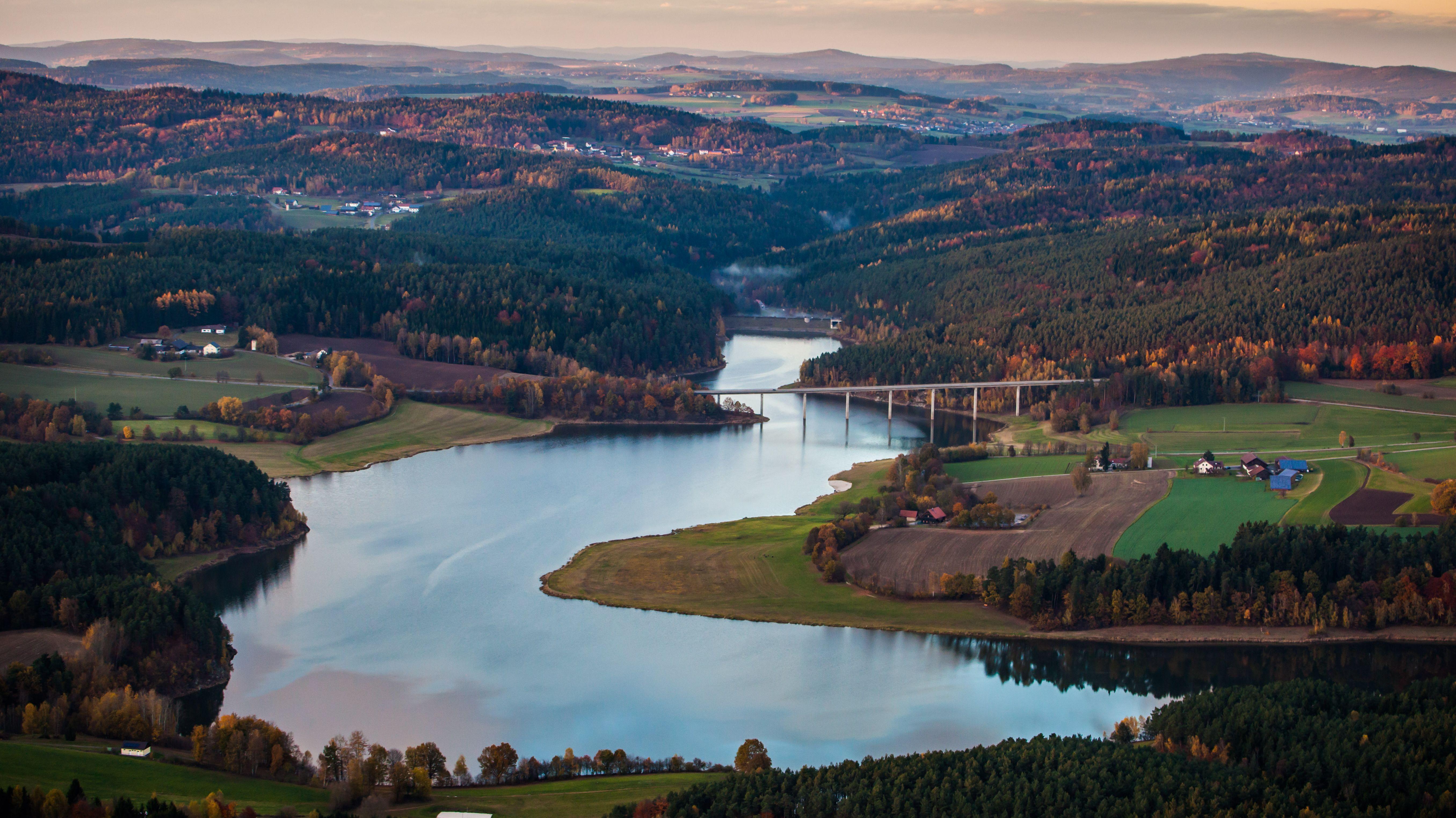 Der Eixendorfer Stausee aus der Luft. Der See entstand durch die Aufstauung der Schwarzach und ist rund 100 Hektar groß.