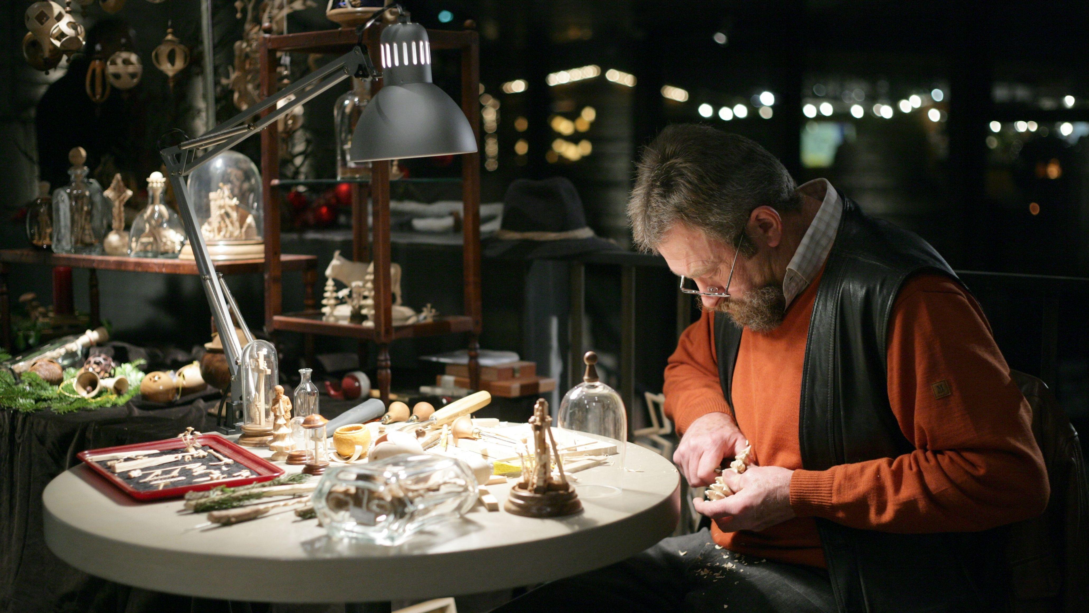 Granitweihnacht Hauzenberg (Lkr. Passau.) Besucher können Handwerker beim Schnitzen zuschauen