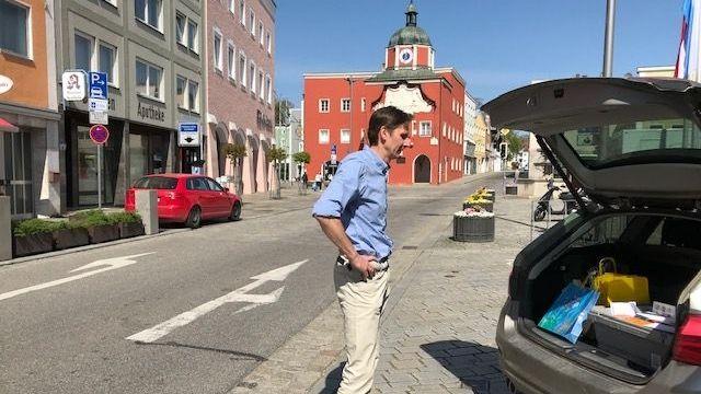 Jürgen Seibold von der Buchhandlung Böhm in Pfarrkirchen vor seinem Kofferraum, in dem er Bücher hat, die er ausfährt