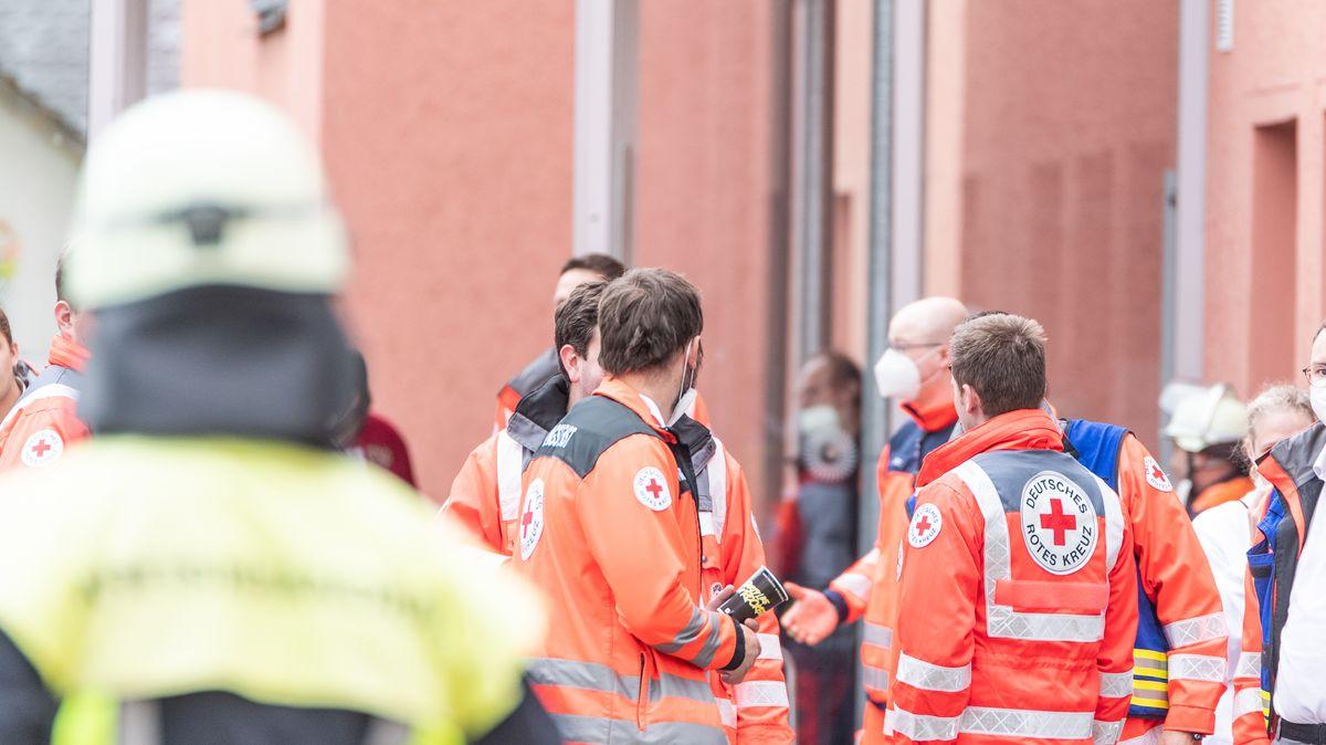 Einsatzkräfte helfen bei der Evakuierung des Altenheims in Vilseck