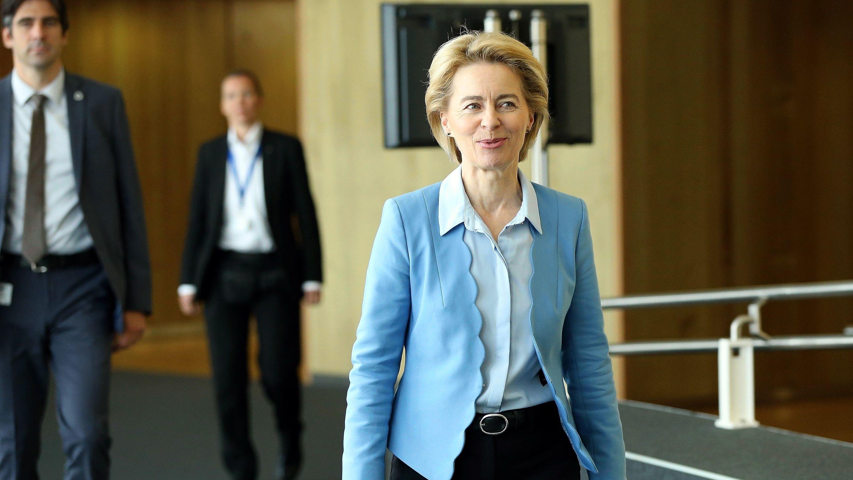Ursula von der Leyen, die künftige Kommissionspräsidentin, kommt in Brüssel zu einer Sitzung mit Jean-Claude Juncker.