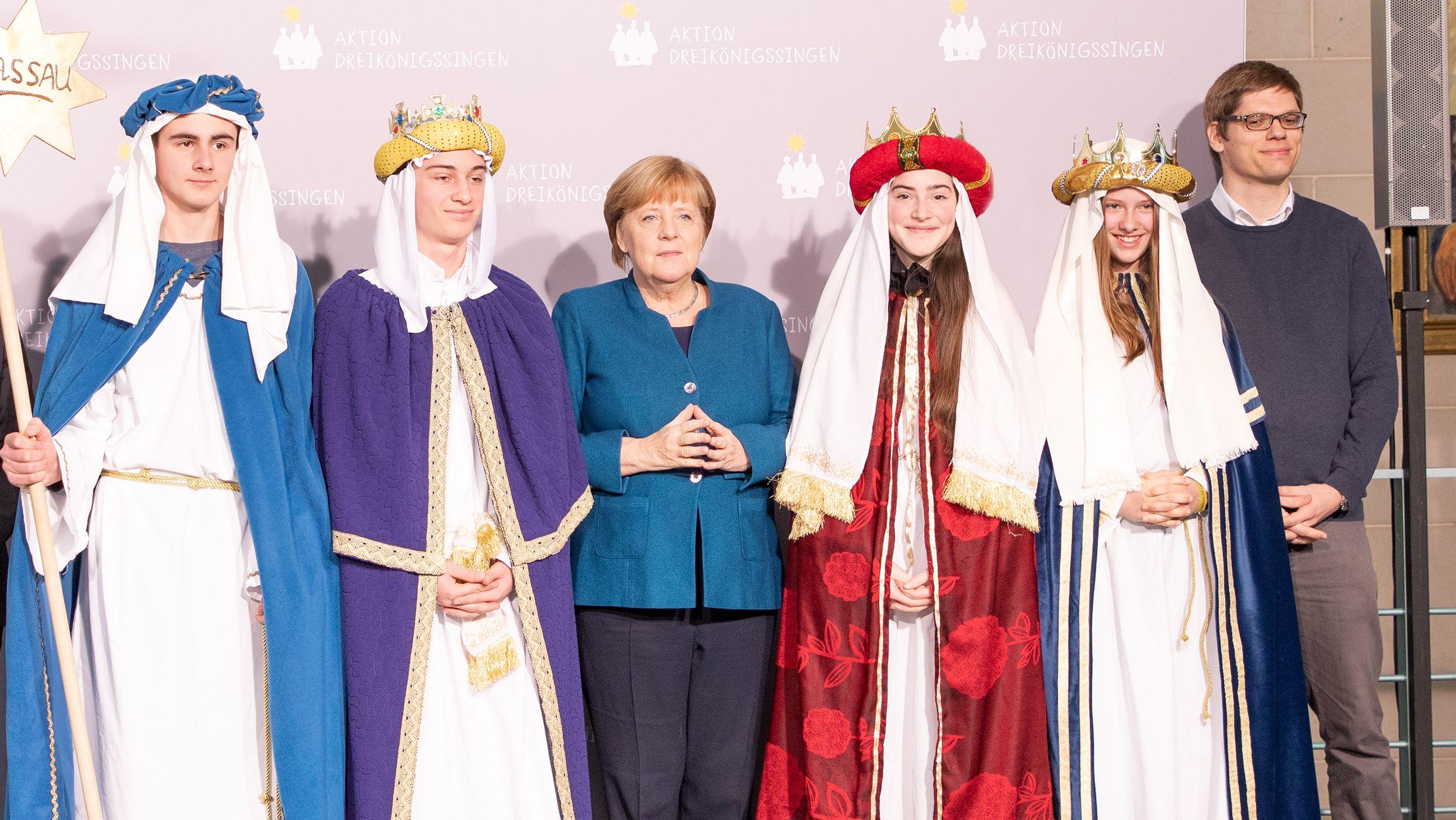 Bundeskanzlerin Merkel mit Sternsingern aus Bayerbach