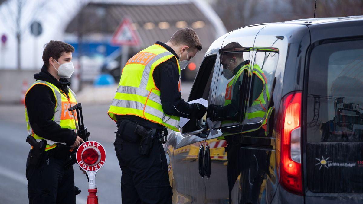 Bundespolizisten an der A93 bei Kiefersfelden