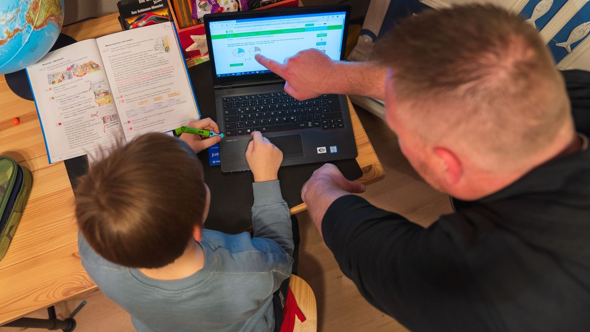 Vater und Sohn im Homeschooling