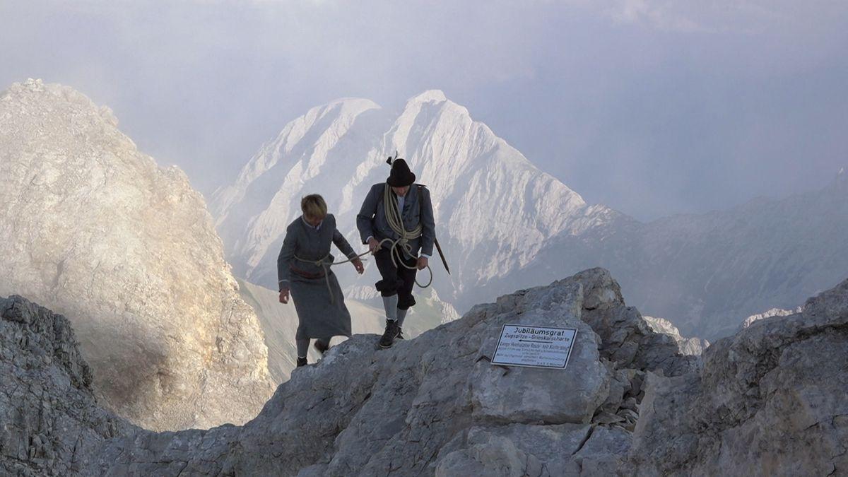 2.962 Meter ragt Deutschlands höchster Berg in die Höhe: die Zugspitze. Vor genau 200 Jahren hat sie ein Tiroler zum ersten Mal bestiegen - zumindest offiziell. Wahrscheinlicher ist, dass andere schon früher auf dem Gipfel waren.