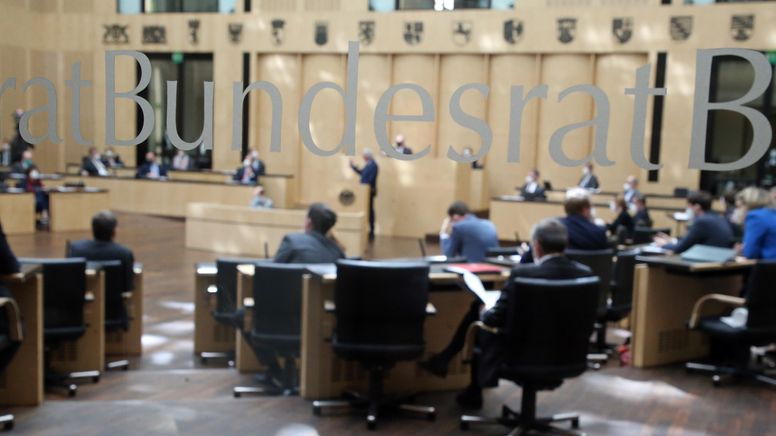Der Bundesrat befasst sich in einer Sondersitzung mit dem neuen Infektionsschutzgesetz. | Bild:picture alliance/dpa | Wolfgang Kumm