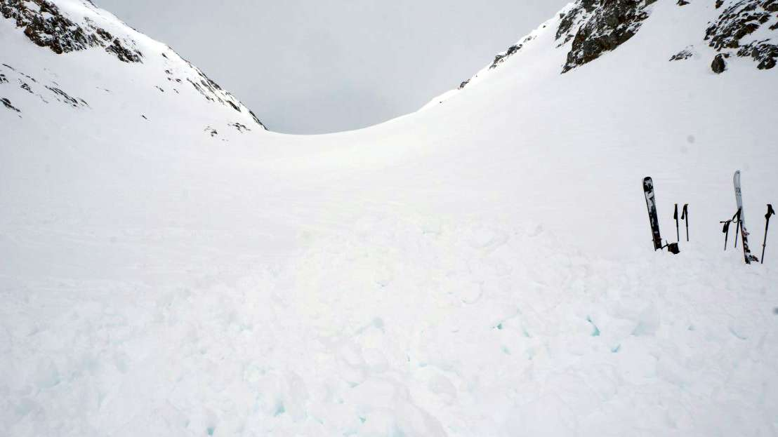Dieses von der Kantonspolizei Wallis zur Verfügung gestellte Bild zeigt das Gebiet der Grünhornlücke, wo vier Skifahrer bei einer Lawine verschüttet wurden.