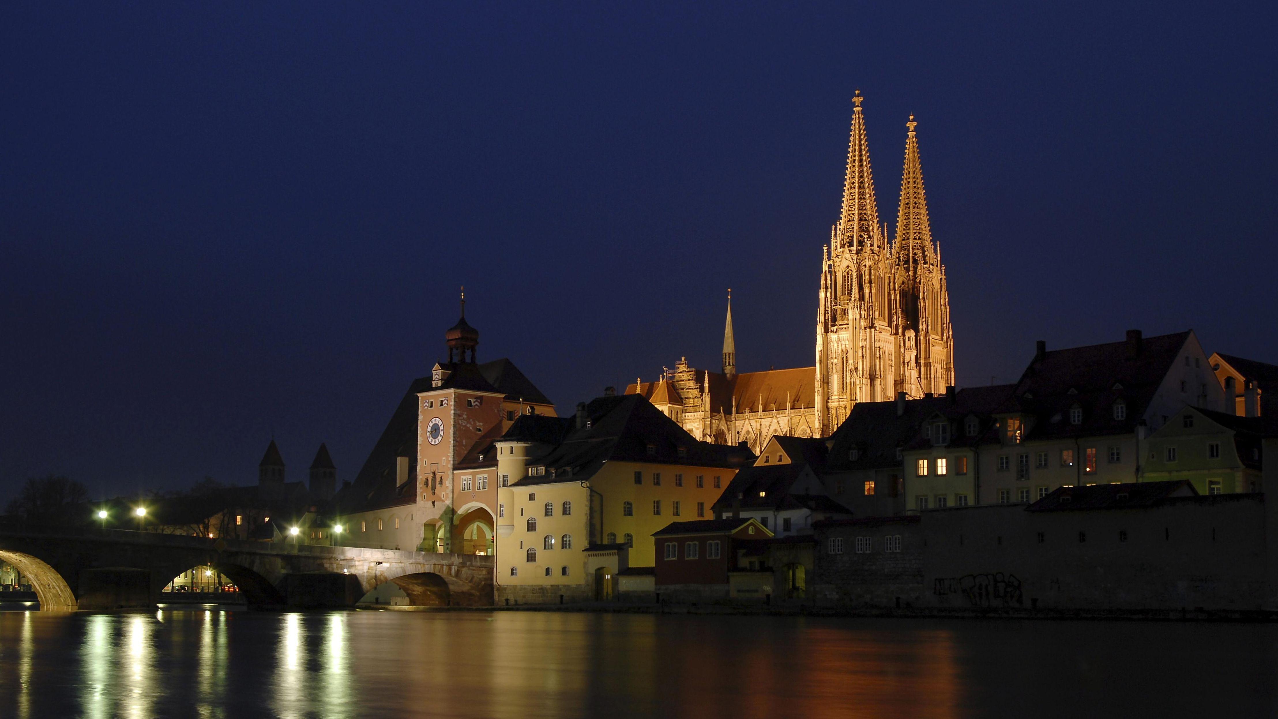 Beleuchtete Türme des Regensburger Doms