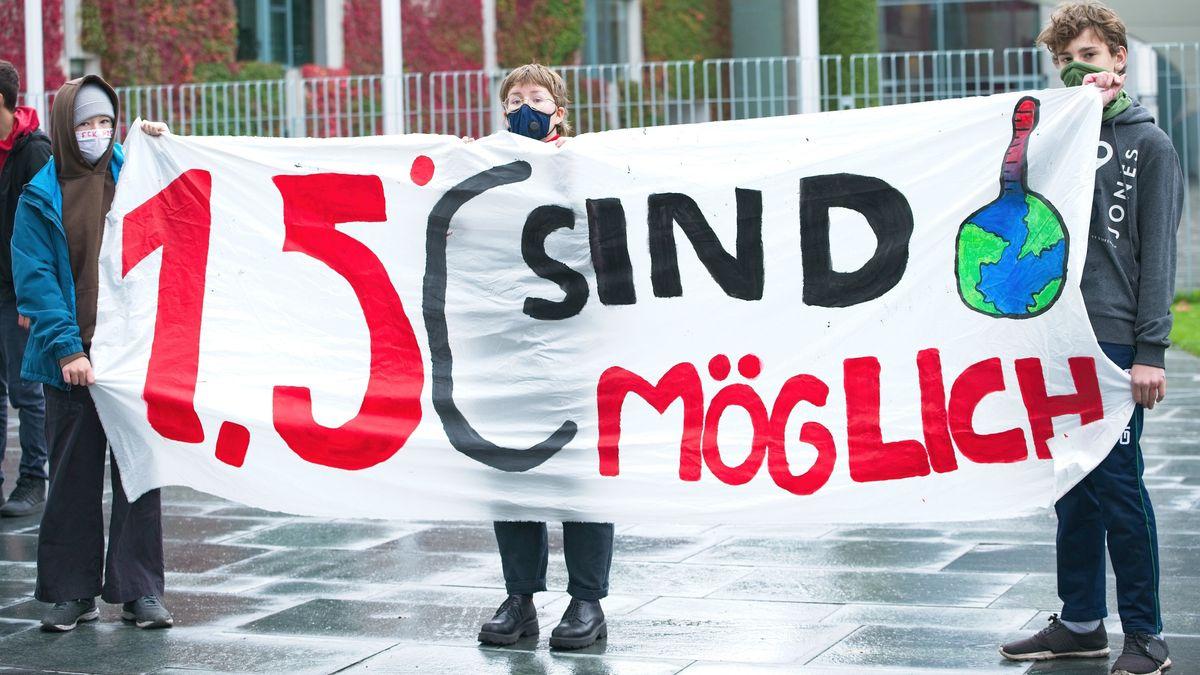 """Anhänger der Klimabewegung """"Fridays for Future"""" im Oktober 2020 in Berlin mit einem Transparent mit der Aufschrift: """"1,5 Grad sind möglich""""."""