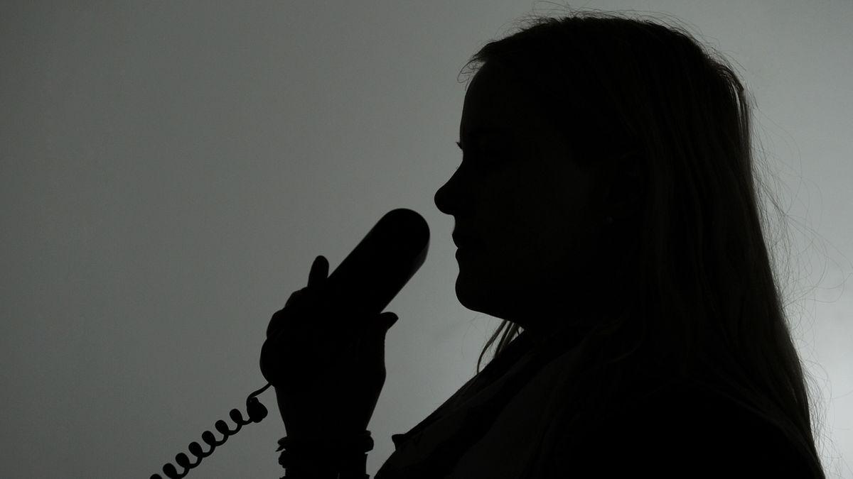 Silhouette einer Frau am Telefon