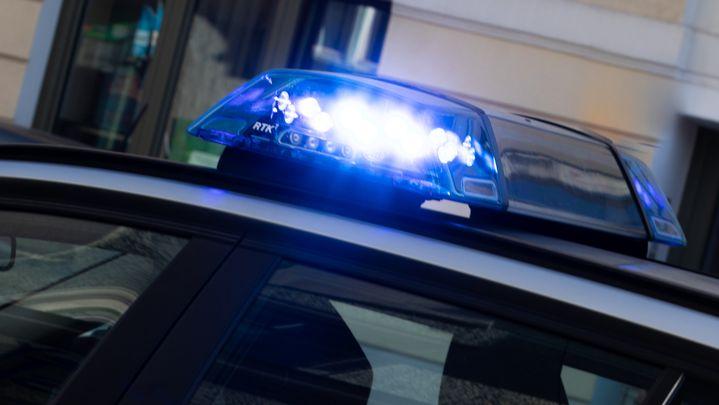 Ein Blaulicht auf einem Polizeifahrzeug.