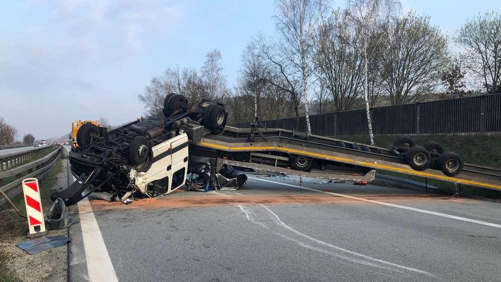 Der umgefallene Pkw-Transporter auf der A3.   Bild:Alexander Auer