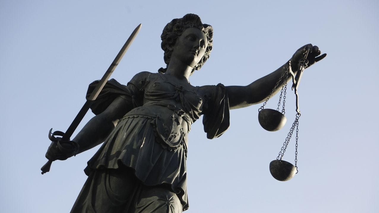 Justizia mit Schwert und Waage in der Hand