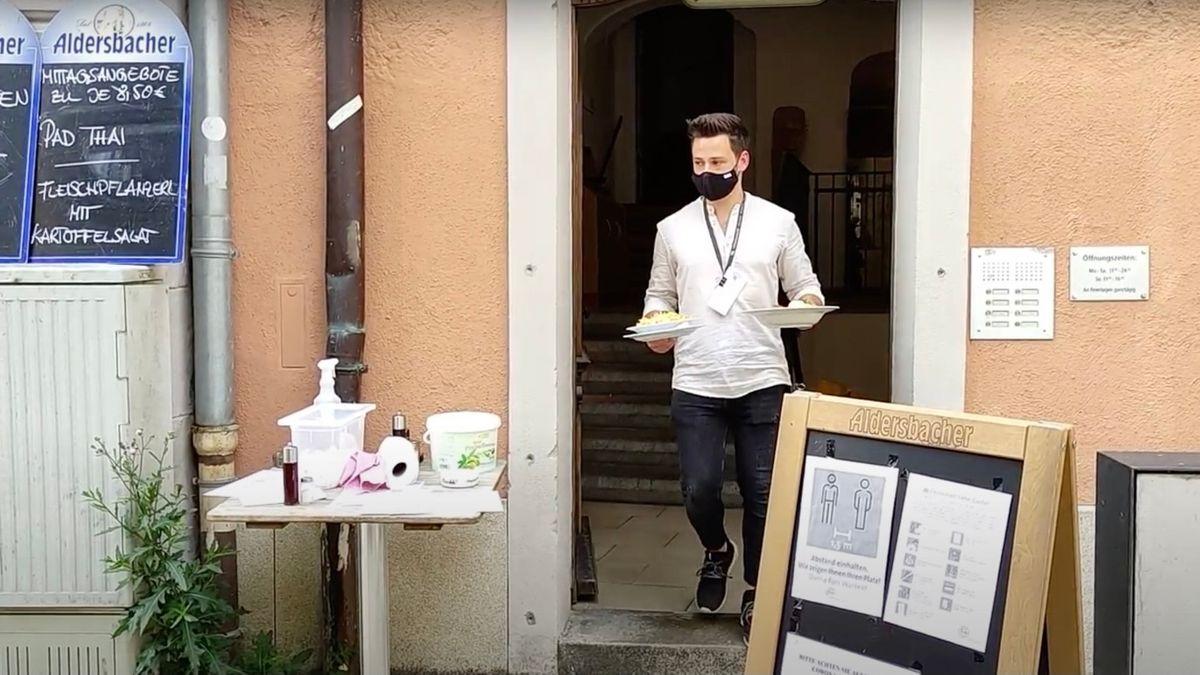 Fabian Marioni bedient in einem Passauer Lokal die Gäste.