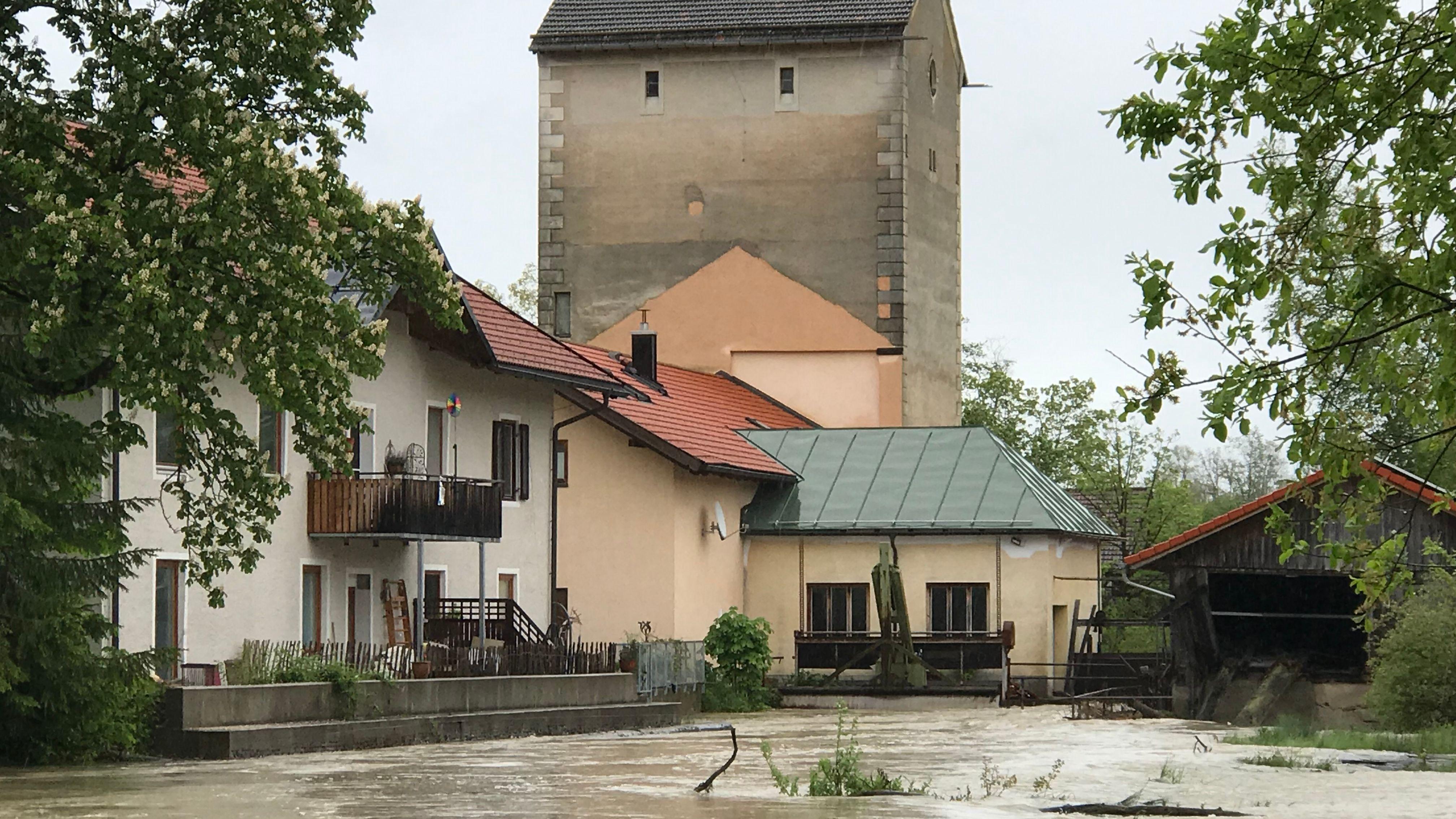 Das Wasser reicht bis zu einem Haus im Murnauer Ortsteil Achrain