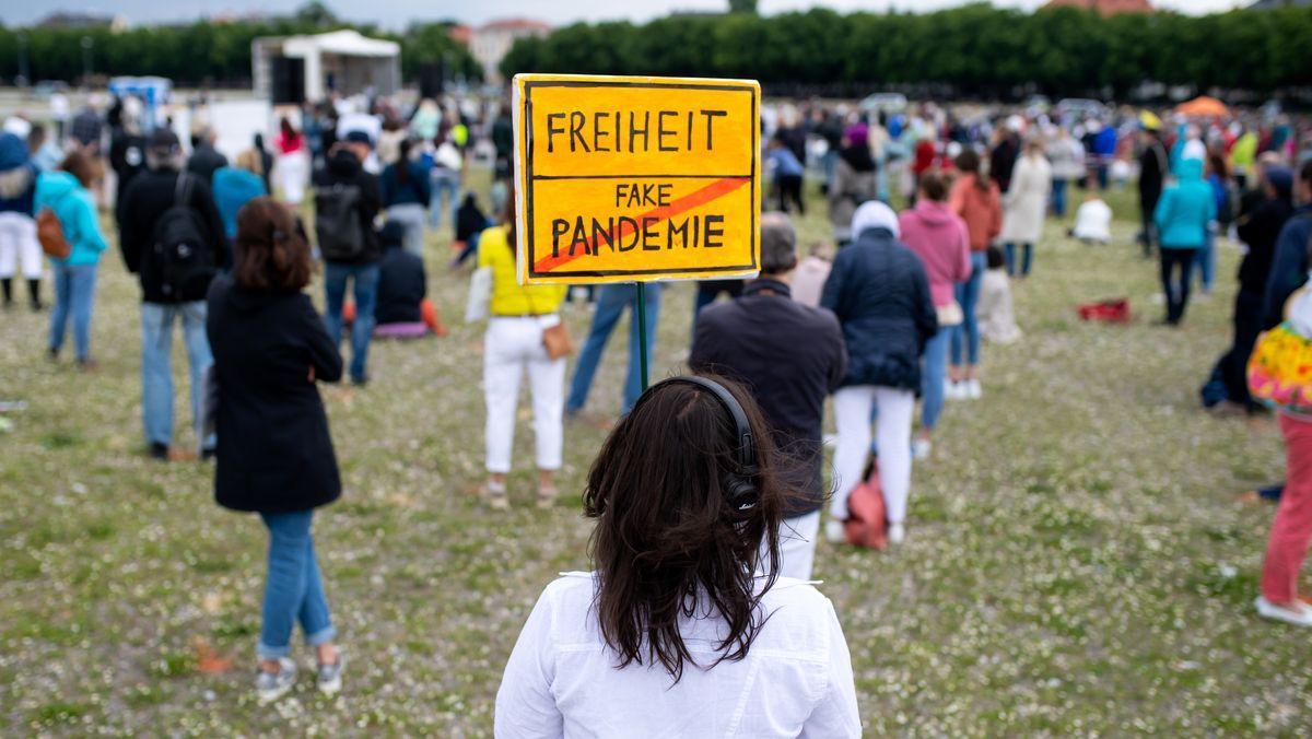 Teilnehmerin einer Demo gegen die Anti-Corona-Maßnahmen, aufgenommen am 30.05.20 auf der Theresienwiese in München.